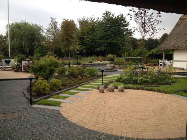 Cirkelformet terrasse med trædefliser